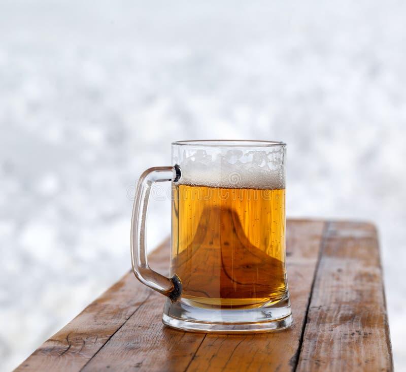 Tasse en verre avec de la bière froide fraîche images stock