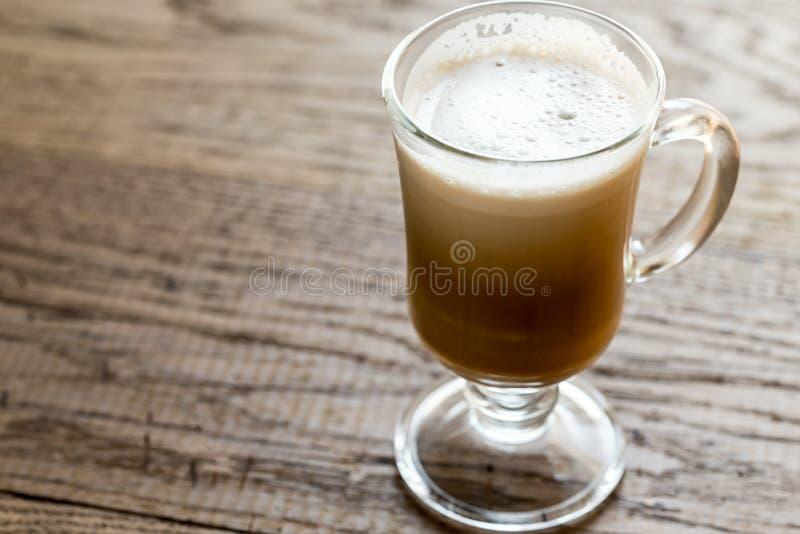 Tasse en verre avec le cappuccino image libre de droits