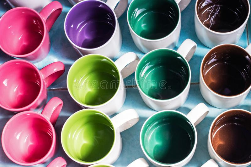 Tasse en verre en céramique colorée sous la forme et la forme différentes Vue supérieure photo stock