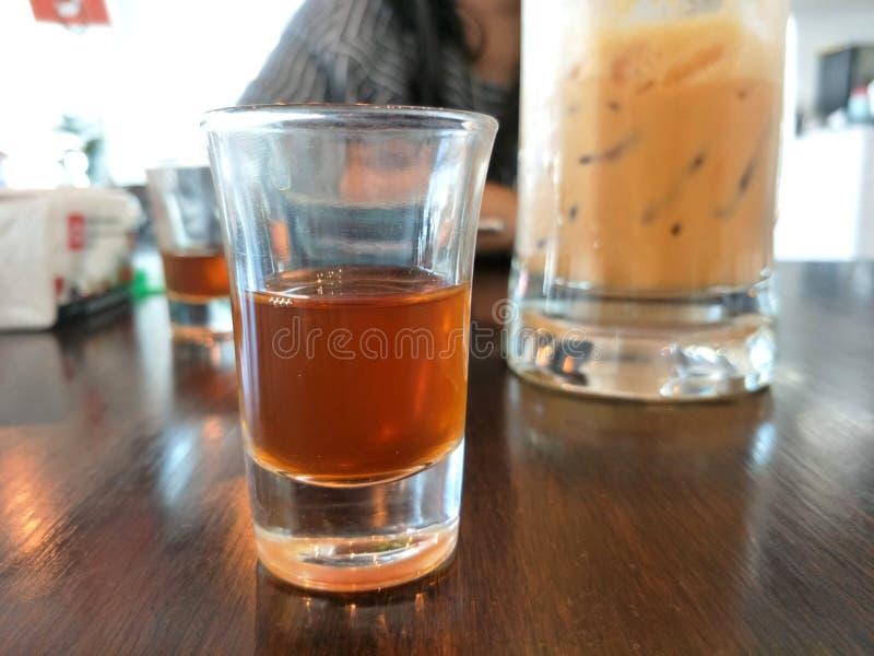 Tasse en verre de thé sur la table en bois photos libres de droits