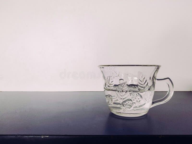 Tasse en verre sur la table image libre de droits