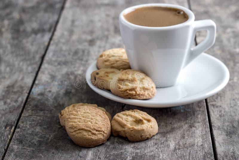 Tasse et biscuits de café sur la table photographie stock
