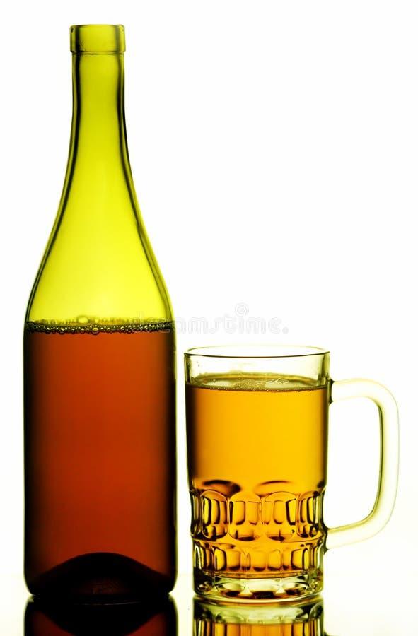Tasse et bouteille de bière photos stock