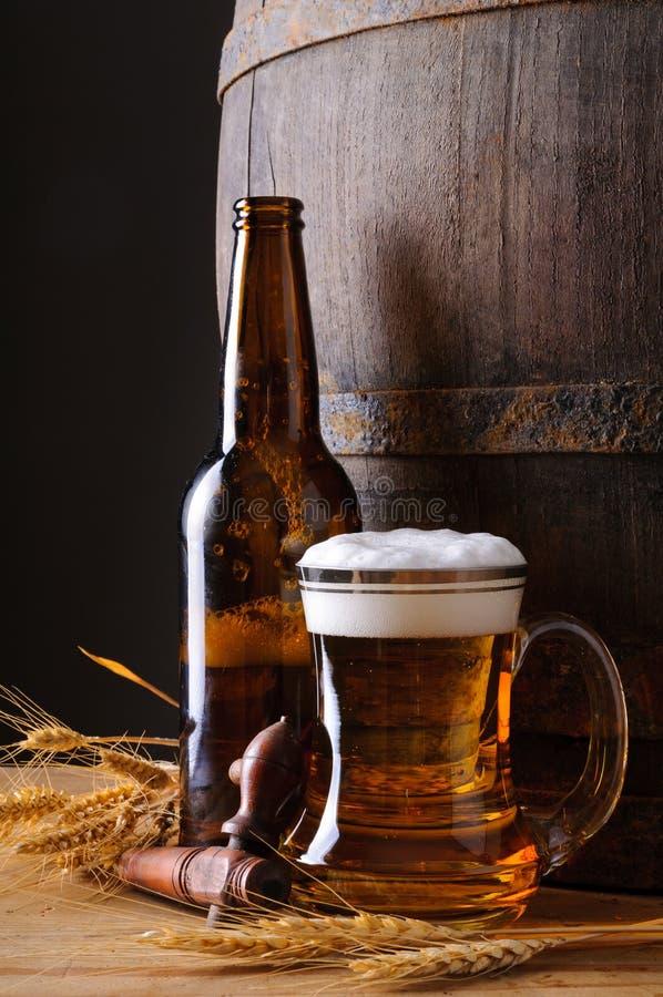 Tasse et bouteille de bière photos libres de droits