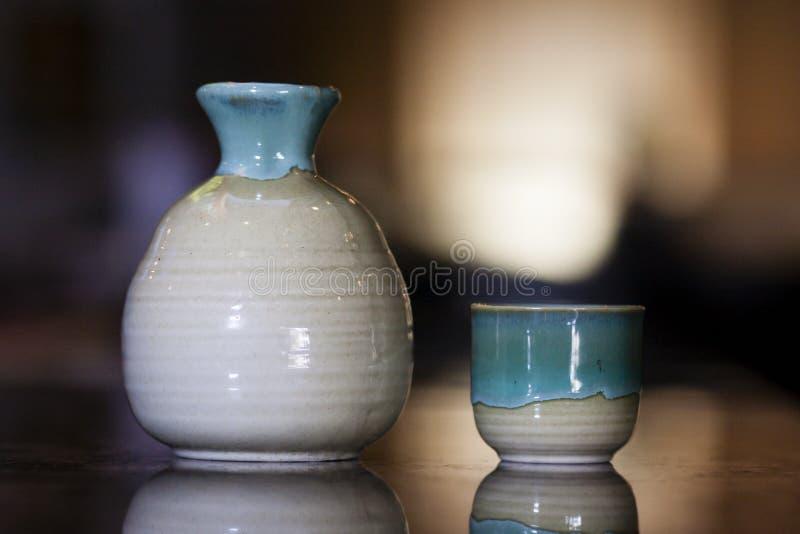 Tasse et cruche de saké image libre de droits