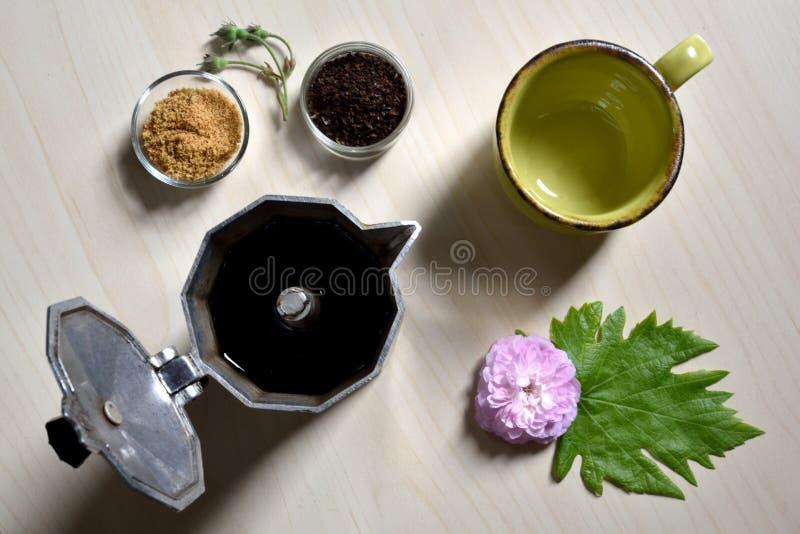 Tasse et cuillère noire avec du sucre et le moka ouvert image stock
