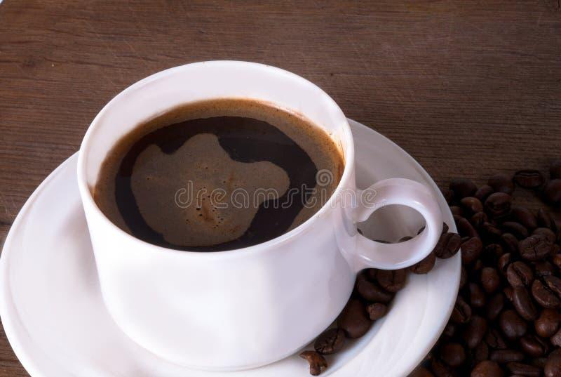 Tasse et haricots de café sur la vieille table de cuisine Vue supérieure avec le copyspa photo stock