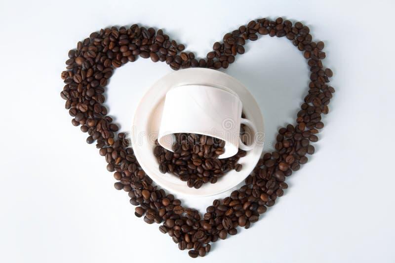 Tasse et haricots de café sur la vieille table de cuisine Vue supérieure avec le copyspa photos stock