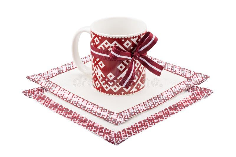 Tasse et nappe avec l'ornement letton national image libre de droits