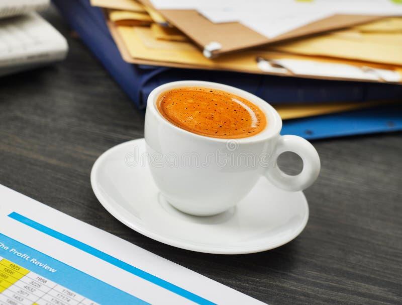 Tasse et papiers de café photos stock