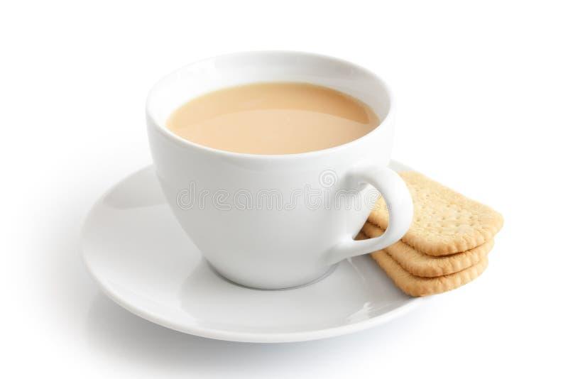 Tasse et soucoupe en céramique blanche avec des biscuits de thé et de doigt isola images stock