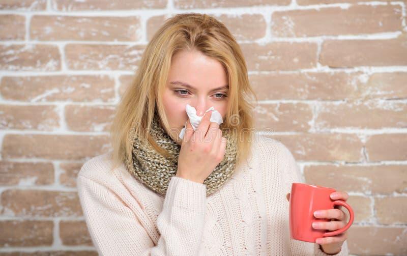 Tasse et tissu de thé de prise de fille Écoulement nasal et d'autres symptômes du froid Fluide potable d'abondance important pour photos libres de droits