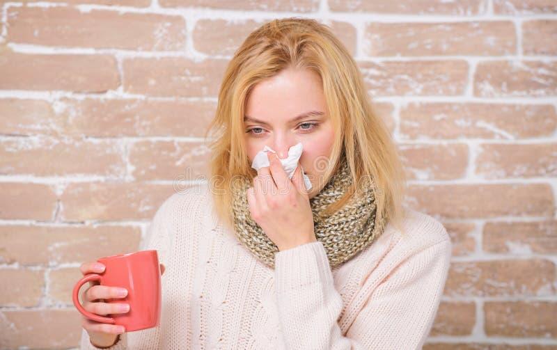 Tasse et tissu de th? de prise de fille ?coulement nasal et d'autres sympt?mes du froid Fluide potable d'abondance important pour photo libre de droits