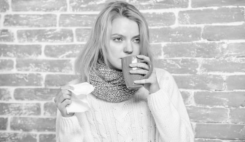 Tasse et tissu de th? de prise de fille ?coulement nasal et d'autres sympt?mes du froid Rem?des de froid et de grippe Buvez plus  photos stock