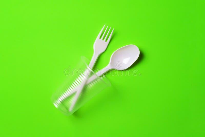 Tasse, fourche et cuillère en plastique photographie stock libre de droits