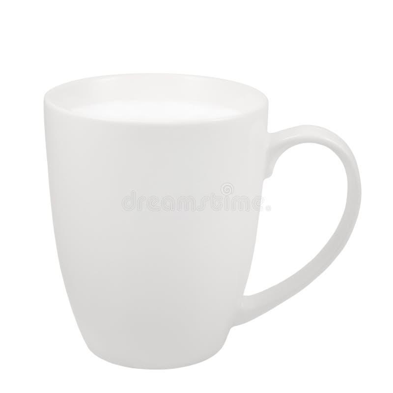 Tasse fraîche blanche de lait, tasse de porcelaine de la Chine, grand macro plan rapproché d'isolement détaillé, tir vertical de  images libres de droits