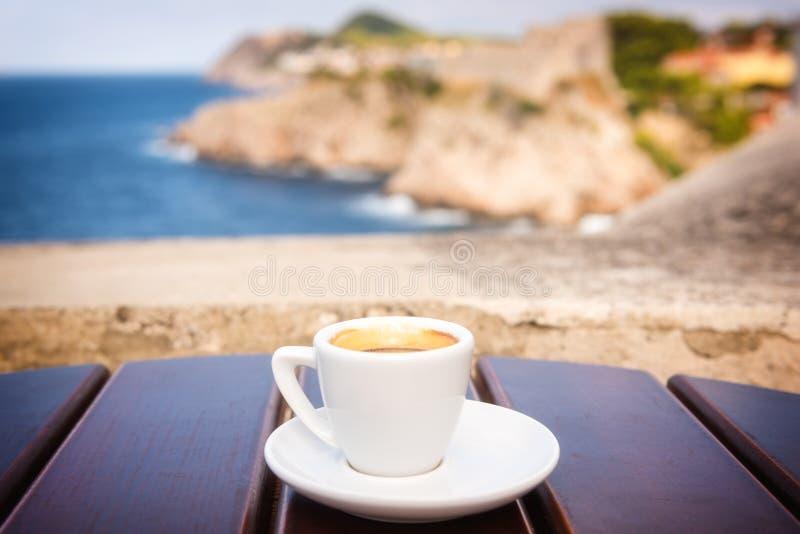 Tasse Kaffee auf der alten Stadtmauer der alten Stadtansicht Dubrovniks, Kroatien lizenzfreie stockfotografie