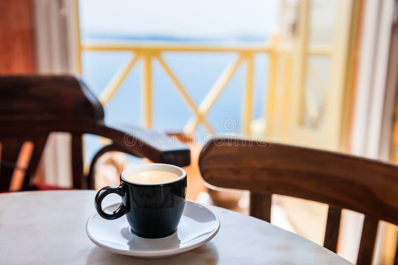 Tasse Kaffee auf der Tabelle im Café Santorini Insel, Griechenland stockbilder