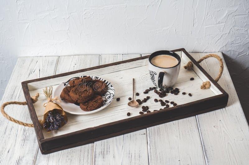 Tasse Kaffee auf einem Holztisch im hölzernen Behälter stockfotos