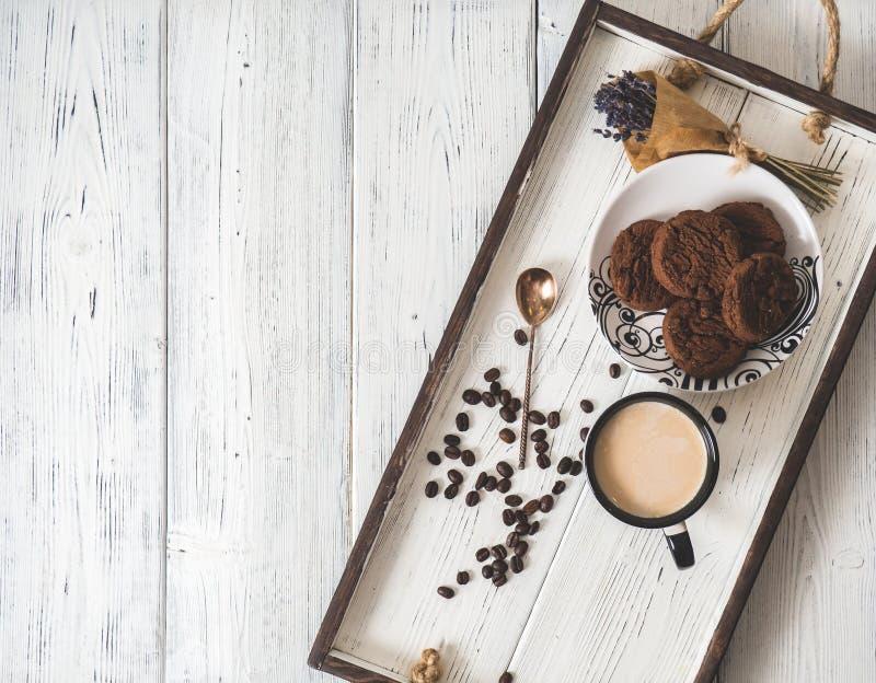 Tasse Kaffee auf einem Holztisch im hölzernen Behälter lizenzfreie stockfotos