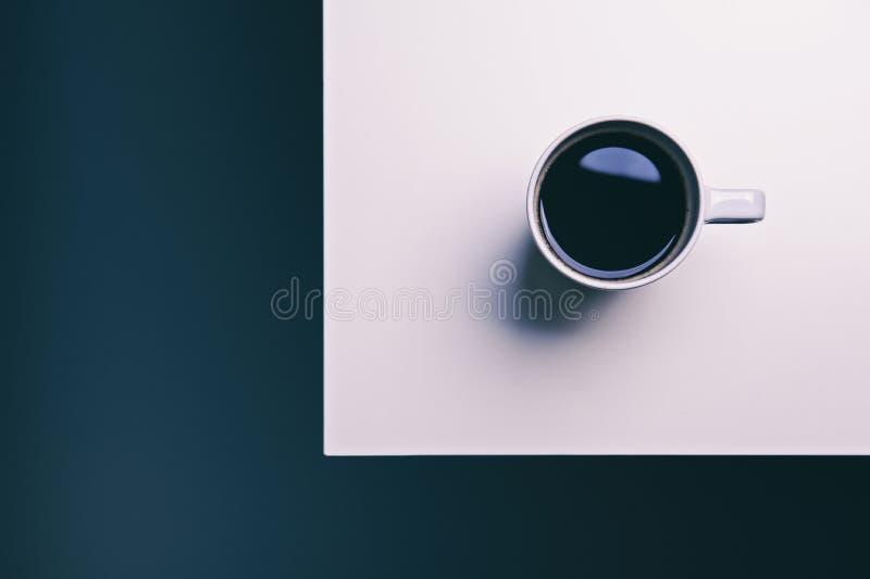 Tasse Kaffee auf einem Schwarzweiss-Hintergrund stockfotos