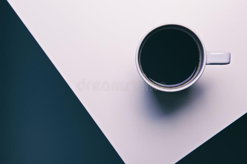 Tasse Kaffee auf einem Schwarzweiss-Hintergrund lizenzfreie stockfotos