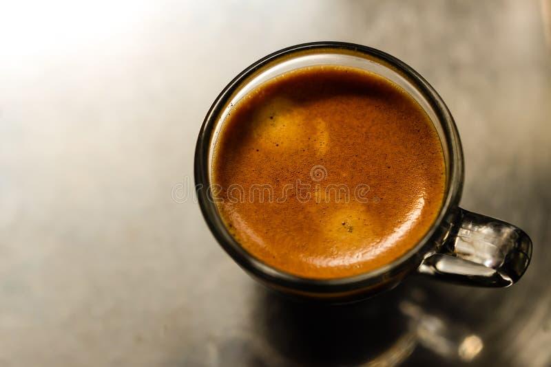Tasse Kaffee auf einem weißen Hintergrund (getrennt mit Pfad) lizenzfreies stockbild