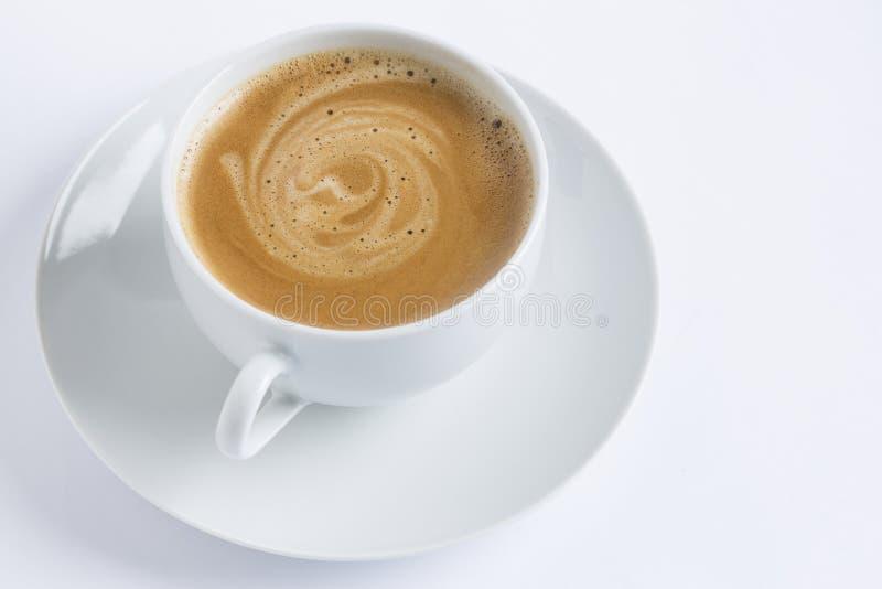 Tasse Kaffee auf einer weißen Platte auf weißem Hintergrund lizenzfreie stockfotos