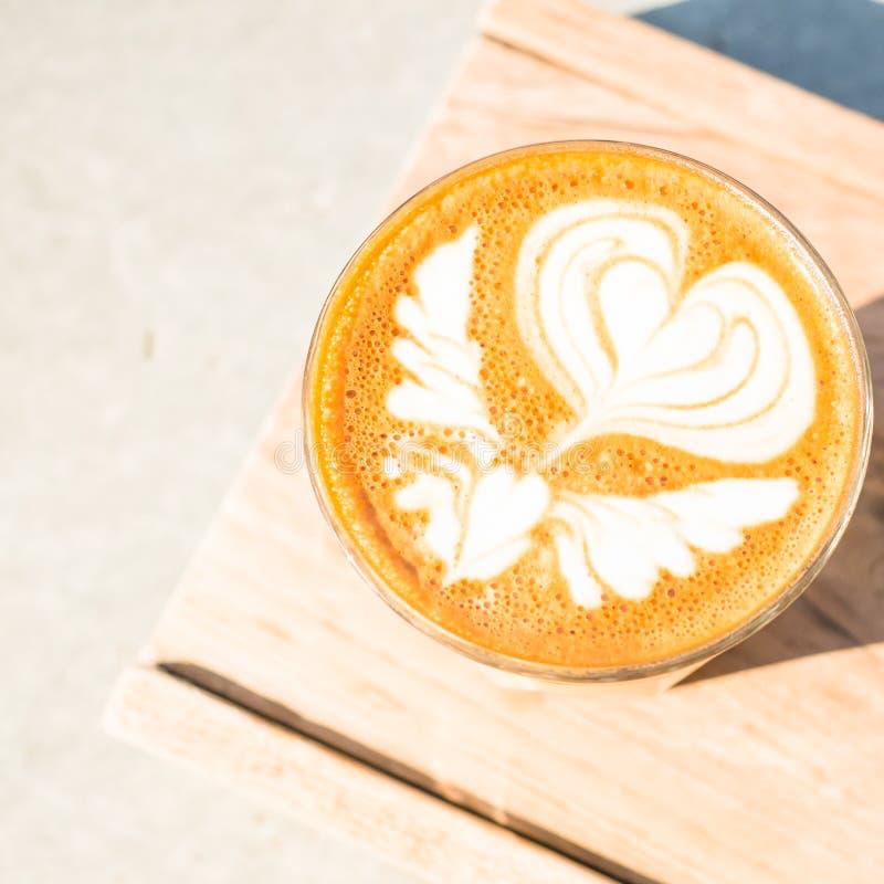 Tasse Kaffee auf hölzernem Behälterhintergrund lizenzfreie stockbilder