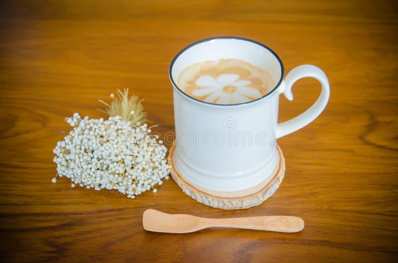 Tasse Kaffee auf Holztisch stockbilder