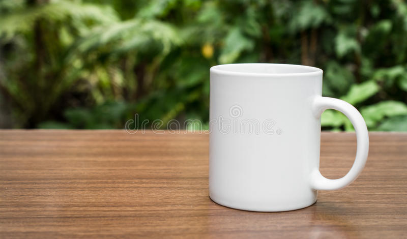 Tasse Kaffee auf Natur lizenzfreie stockbilder