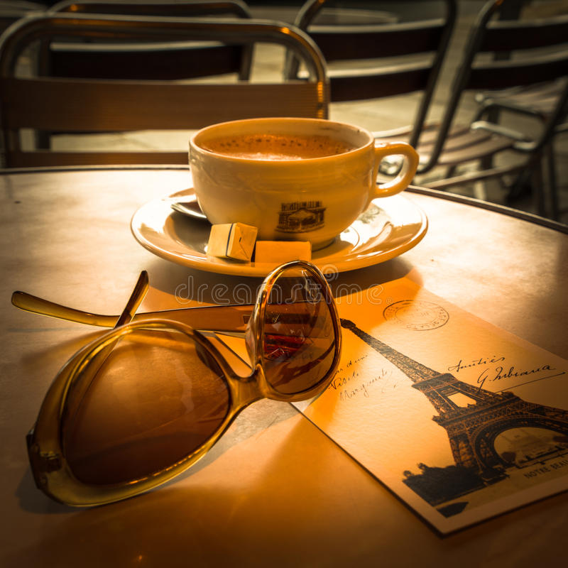 Tasse Kaffee auf Straßencafé in Paris stockfotografie