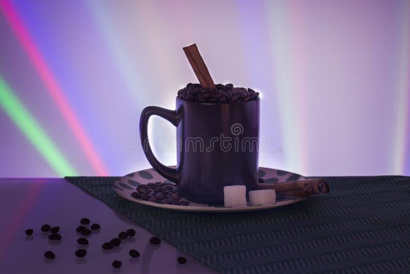 Tasse Kaffee-Bohnenzimt-Zuckerschöner Hintergrund lizenzfreie stockfotos