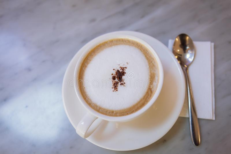 Tasse Kaffee capucino Kunst auf Marmortabelle lizenzfreies stockbild