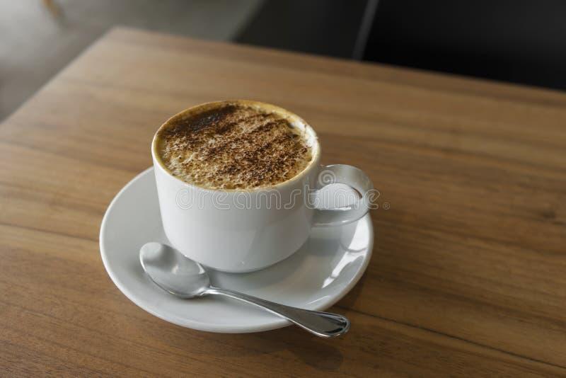 Tasse Kaffee mit Draufsicht des Latte über Holztisch/Weinlese lizenzfreies stockfoto