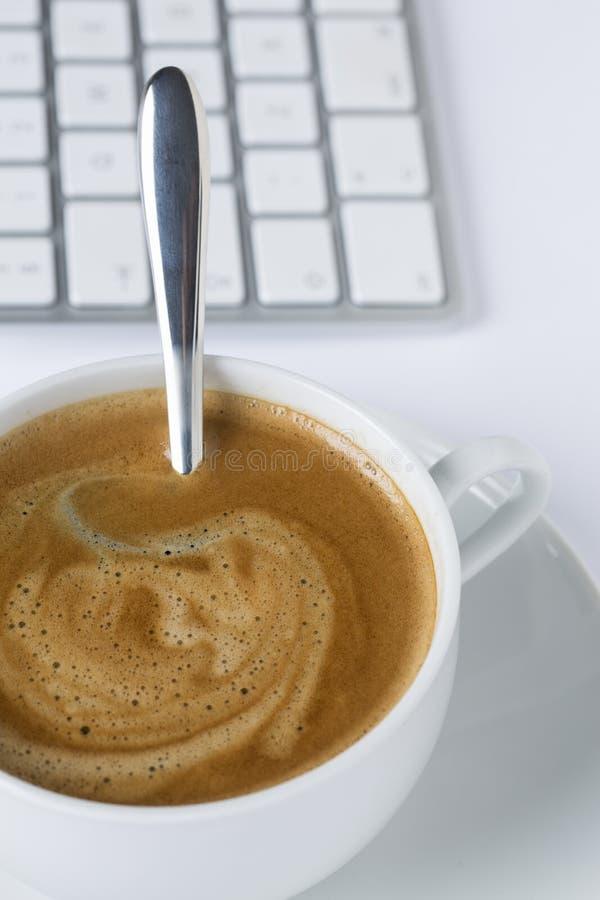Tasse Kaffee mit einer Tastatur stockfotos