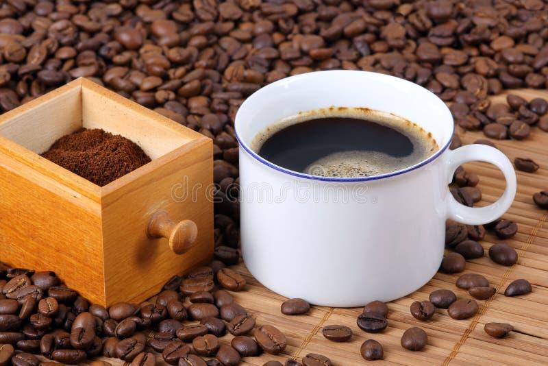 Tasse Kaffee mit Fach und Kaffeebohnen lizenzfreies stockfoto