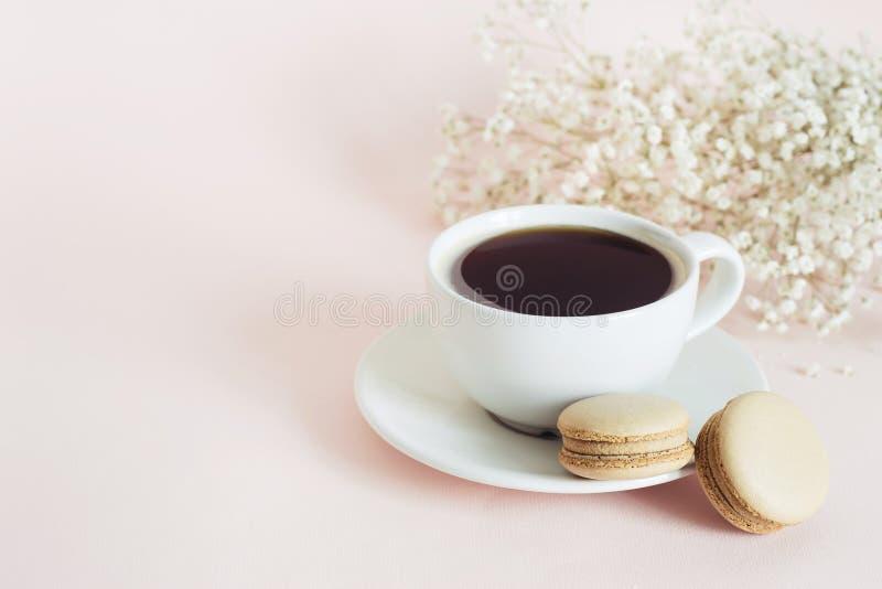 Tasse Kaffee mit franz?sischen Kaffee macarons Pl?tzchen Feiertagsmorgenkonzept lizenzfreies stockfoto