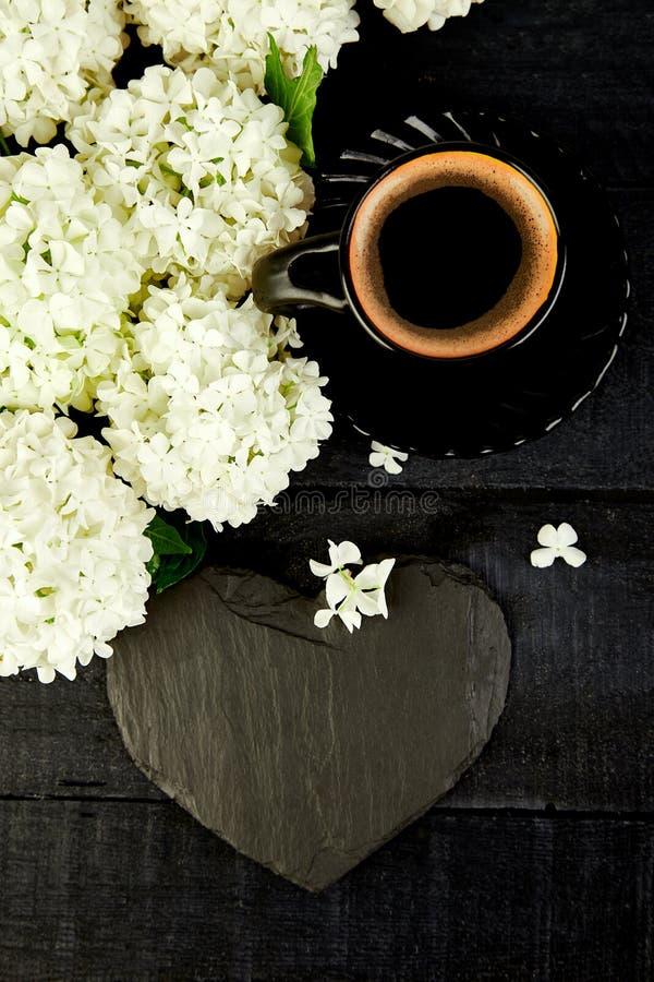 Tasse Kaffee mit gutem Morgen der Blumenstraußhortensie flach lizenzfreie stockfotografie