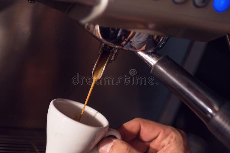 Tasse Kaffee mit Kaffeemaschine vorbereitend, bereiten Hintergrund für Kaffeestube oder barista, Tasse Kaffee nur Hände vor lizenzfreie stockbilder