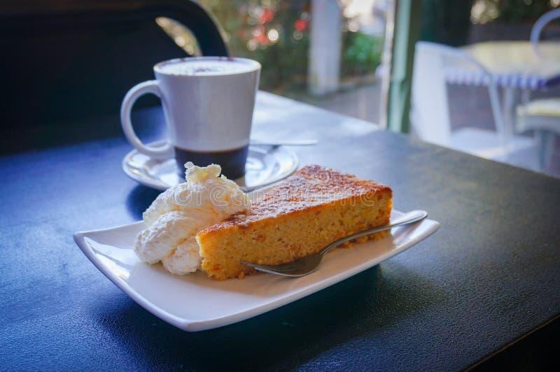 Tasse Kaffee mit Kuchen Cafészene, Kaffeepause mit Nachtisch stockfotografie