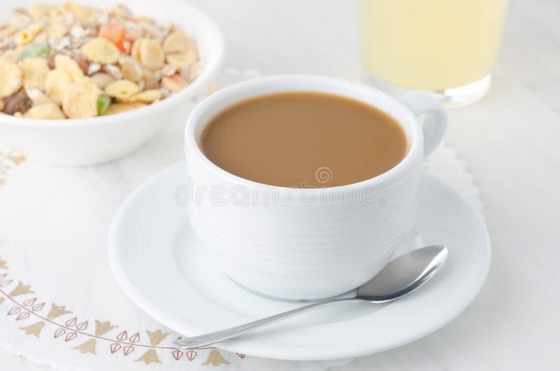 Tasse Kaffee mit Milch stockfoto