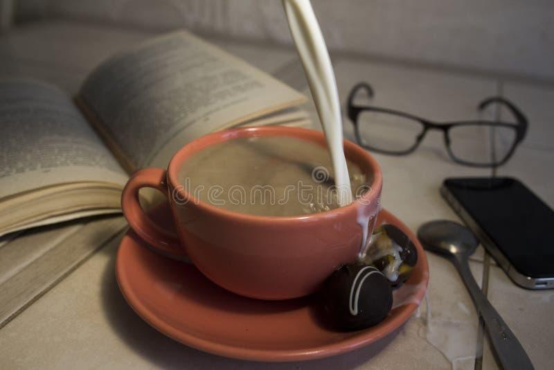 Tasse Kaffee mit Milch lizenzfreies stockfoto