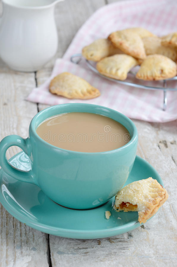 Tasse Kaffee mit Milch und Apfelkuchen auf hölzernem Hintergrund lizenzfreies stockfoto