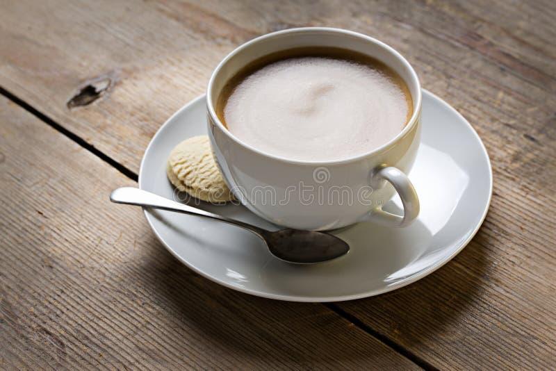 Tasse Kaffee mit Plätzchen lizenzfreies stockbild