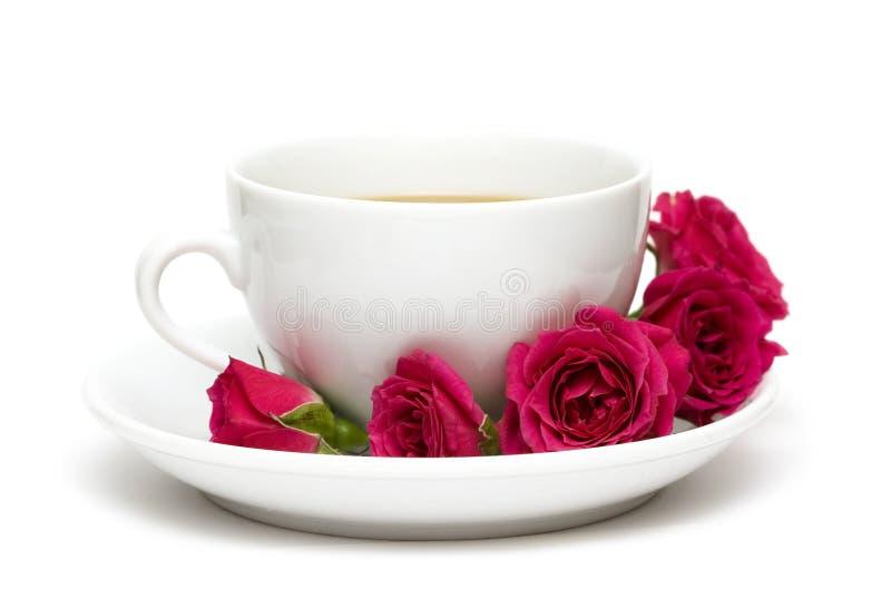 Tasse Kaffee mit roten Rosen stockbild