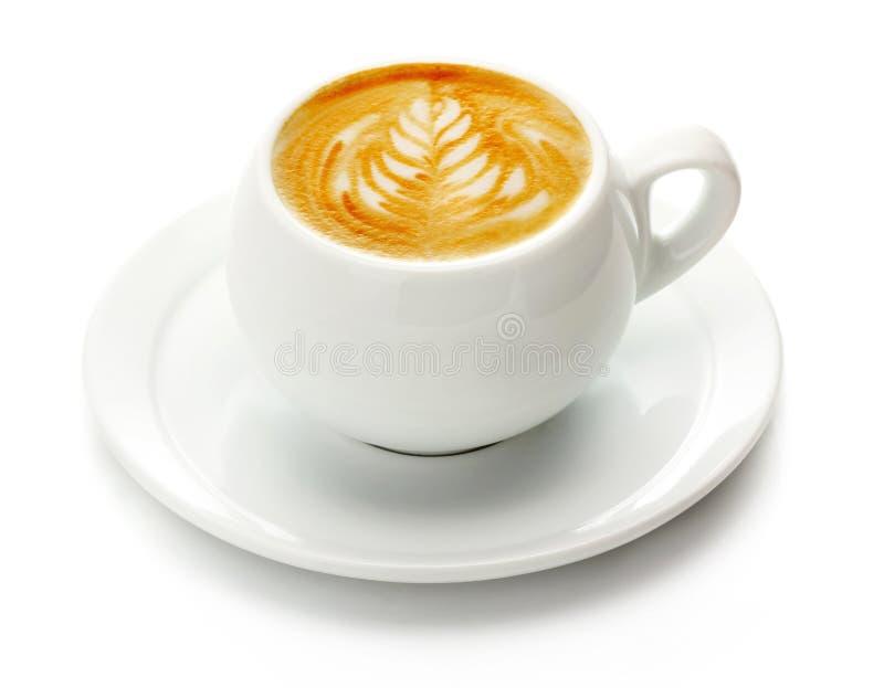 Tasse Kaffee mit Sahne lokalisiert auf Weiß lizenzfreies stockfoto