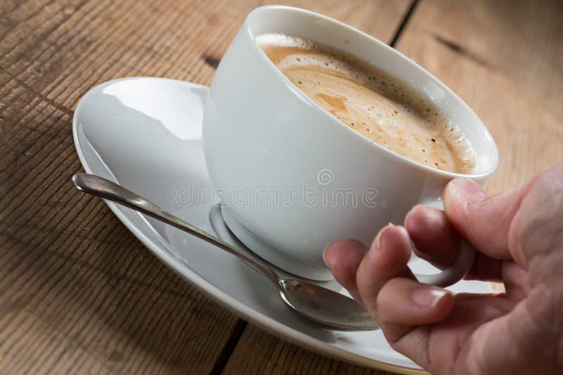 Tasse Kaffee mit Schaumgummi lizenzfreie stockfotografie