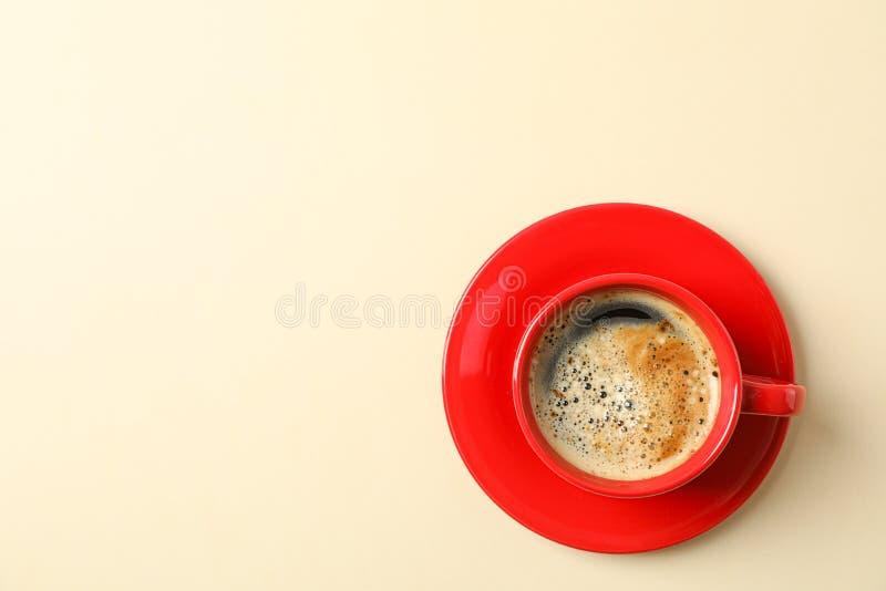Tasse Kaffee mit schaumigem Schaum auf Farbhintergrund, Raum f?r Text und Draufsicht stockfotografie