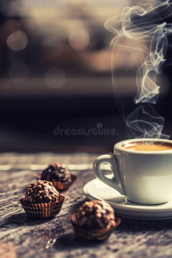 Tasse Kaffee mit Schokoladenkuchen auf Barschreibtisch im Nachtklub stockfotografie